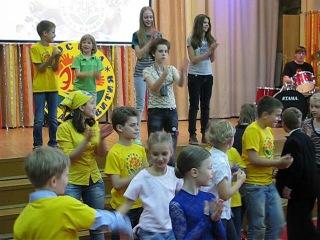Учитель английского Александр Николаевич зажигает на разогреве детского праздника :-)